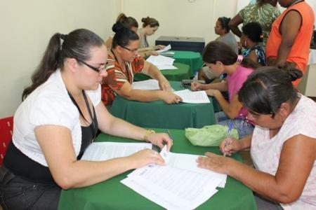 Famílias contempladas pelo programa Minha Casa Minha Vida assinam contratos com a COHAPAR,